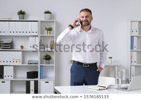 Geslaagd volwassen ondernemer praten smartphone cliënt Stockfoto © pressmaster