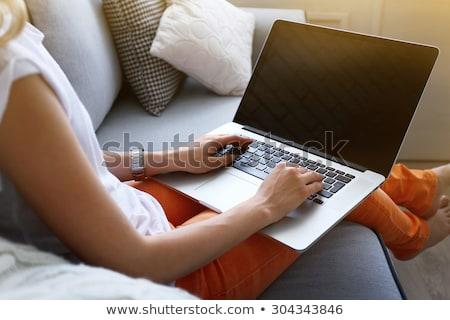 Kobieta kanapie komputera dziewczyna włosy internetowych Zdjęcia stock © photography33