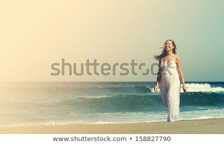 Terhes fiatal nő sétál tengerpart nők tenger Stock fotó © wavebreak_media