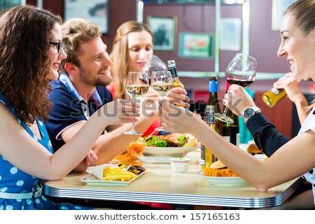 Stockfoto: Mensen · amerikaanse · diner · hamburger · wijn · vrienden