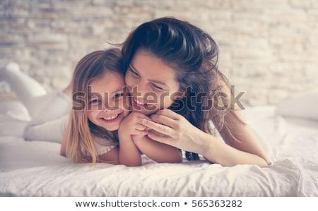 Anya lánygyermek kötődés ágy mosolyog család Stock fotó © gemenacom