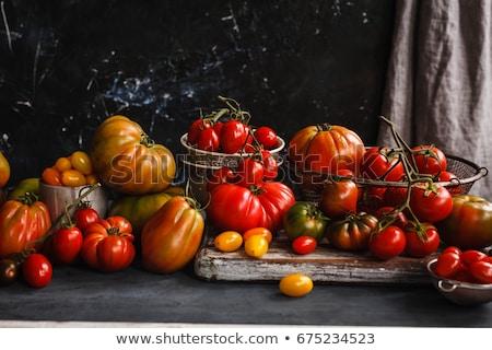 vermelho · tomates · cesta · escuro · suculento · mesa · de · madeira - foto stock © virgin
