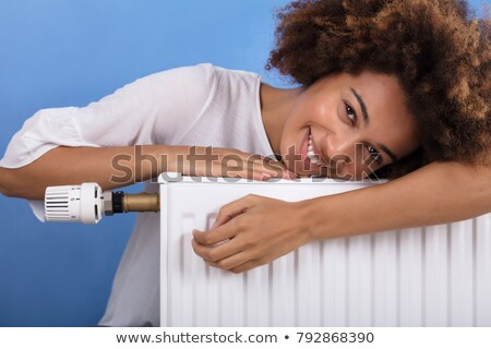 Szczęśliwy młoda kobieta ogrzewania radiator portret Zdjęcia stock © AndreyPopov