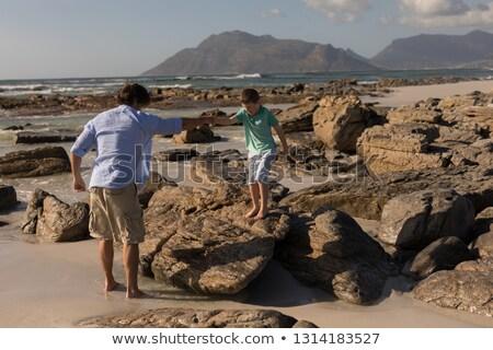 Baba el yardım oğul tırmanmak aşağı Stok fotoğraf © wavebreak_media