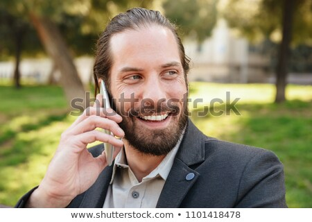Foto primo piano felice barbuto uomo 30s Foto d'archivio © deandrobot