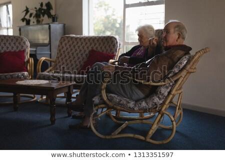 Vista laterale rilassante sedia casa di cura uomo Foto d'archivio © wavebreak_media