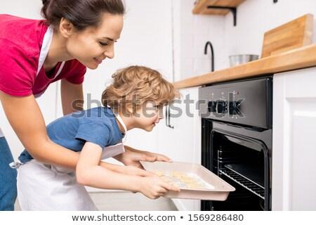Anya lánygyermek tálca sütik sütő oldalnézet Stock fotó © AndreyPopov