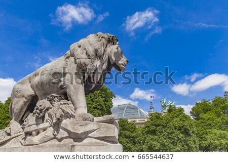 Standbeeld leeuw Parijs Frankrijk brug jongen Stockfoto © boggy