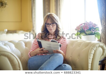 Retrato sorrindo leitura revista sala de estar mulher Foto stock © wavebreak_media