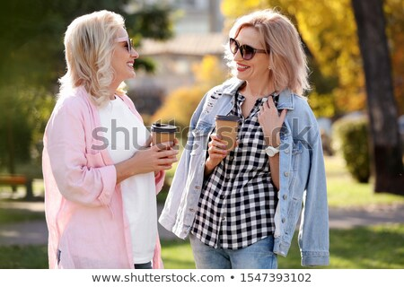 Senior vrouw lopen koffie park ouderdom Stockfoto © dolgachov