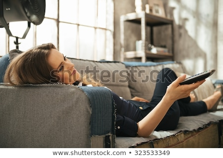 Mujer mentiras sofá tv marrón Foto stock © wavebreak_media