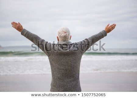 Achteraanzicht senior man permanente armen strand Stockfoto © wavebreak_media