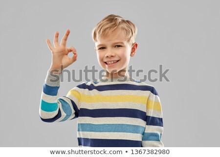 Jongen gestreept trui tonen handteken Stockfoto © dolgachov