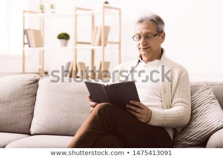 старший · человека · чтение · книгах · гостиной - Сток-фото © photography33