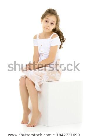 blootsvoets · meisje · vergadering · kubus · geïsoleerd · Rood - stockfoto © mrakor