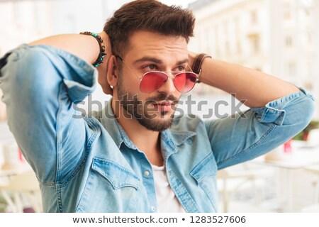 Portret nieuwsgierig man holding handen achter Maakt een reservekopie Stockfoto © feedough