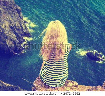 femme · séance · roches · côte · mer - photo stock © amok