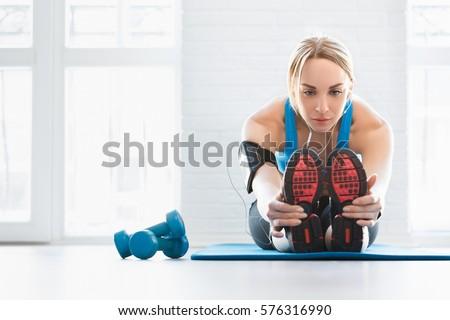女性 · ストレッチング · 脚 · 屋外 · フィットネス - ストックフォト © deandrobot