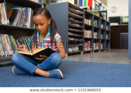 Front widoku cute koncentruje uczennica czytania Zdjęcia stock © wavebreak_media