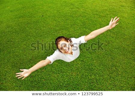 Mooie jonge vrouw gras glimlachend Stockfoto © HASLOO