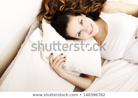 Jolie femme lit rêvasser heureux Photo stock © elenaphoto