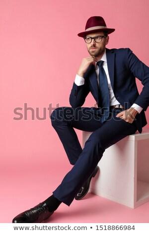 peinzend · jonge · man · vergadering · stoel · denken · hoed - stockfoto © feedough