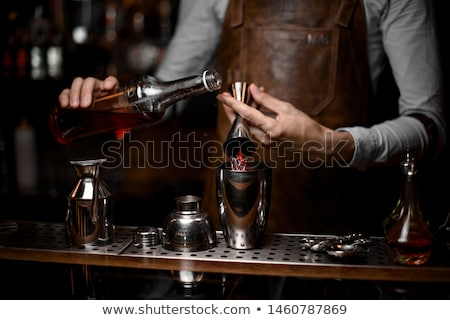 Barman werk hand man glas bar Stockfoto © grafvision