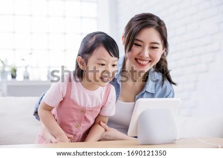 Gelukkig gezin smart spreker home familie technologie Stockfoto © dolgachov