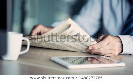 Stockfoto: Zakenman · lezing · krant · financieren · wachten · bus