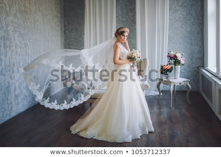 Piękna blond kobieta bukiet stwarzające suknia ślubna Zdjęcia stock © dashapetrenko