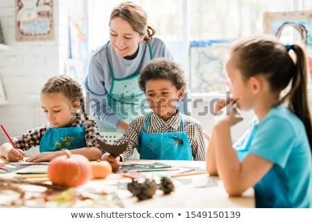Multikulturális iskolás gyerekek osztás ötletek kézzel készített díszítések Stock fotó © pressmaster
