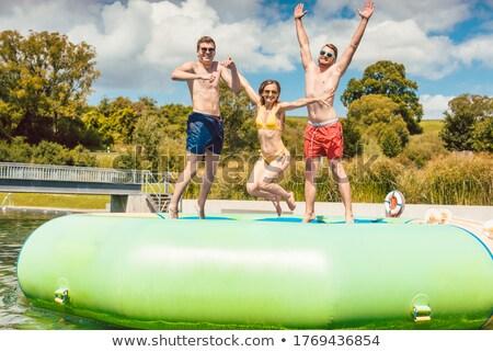 Vrienden springen af groot openbare Stockfoto © Kzenon