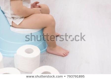 Foto stock: Pequeno · menino · sessão · papel · higiênico