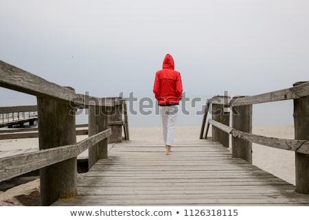 gyönyörű · nő · sétál · tengerpart · élvezi · gyönyörű · divat - stock fotó © zastavkin