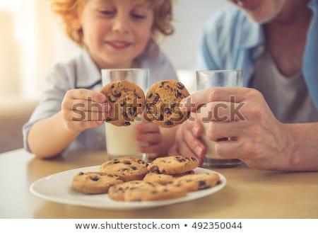 pequeño · nino · comer · cookies · cocina - foto stock © wavebreak_media