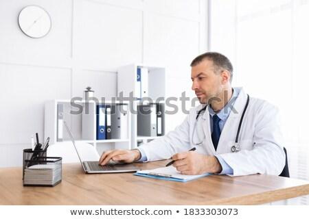 w · średnim · wieku · lekarza · piśmie · schowek · medycznych · pióro - zdjęcia stock © monkey_business