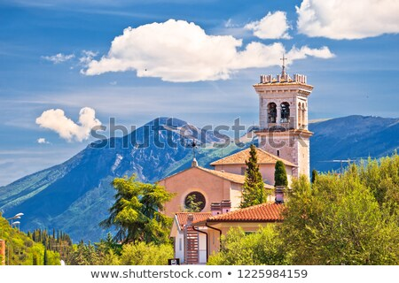 iglesia · idílico · verde · colina · lago - foto stock © xbrchx