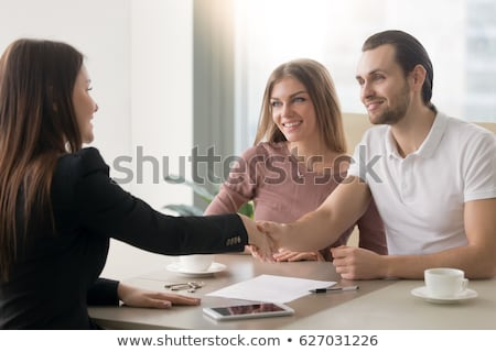 Szczęśliwy pośrednik w sprzedaży nieruchomości spotkanie klientela nowego biuro Zdjęcia stock © dolgachov