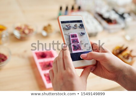 Mains fille smartphone photo Photo stock © pressmaster
