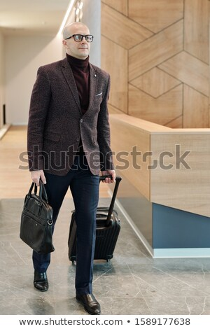 łysy dojrzały biznesmen walizkę ruchu Zdjęcia stock © pressmaster