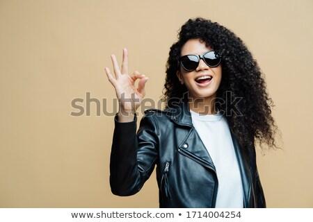 Modieus gekruld vrouw alle okay gebaar Stockfoto © vkstudio