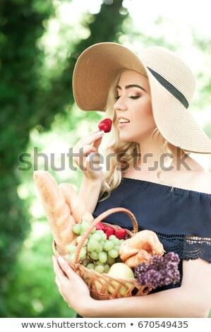 delicioso · morango · fruto · mulher · boca · rosa - foto stock © stockyimages