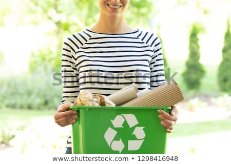 Femme recyclage bouteille cartoon plastique recycler Photo stock © carbouval