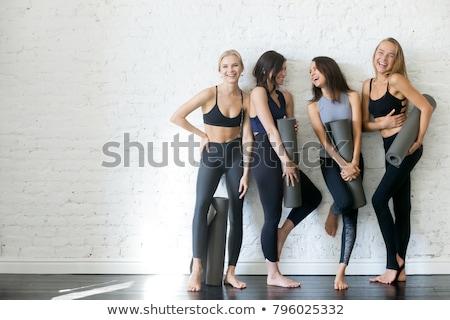 Boldog gyönyörű fitnessz nő áll pózol kép Stock fotó © deandrobot