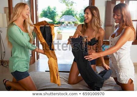 Mulheres escolher vestidos quarto de hotel mulher viajar Foto stock © IS2