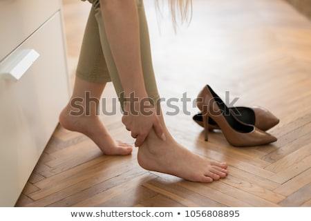Stok fotoğraf: Kadın · dokunmak · ayak · bileği · yüksek · topuklu · el · moda