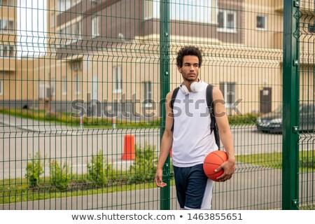 Fiatal kosárlabdázó labda áll kerítés játszótér Stock fotó © pressmaster