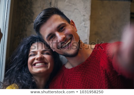 sonriendo · jóvenes · casual · Pareja · victoria - foto stock © kzenon