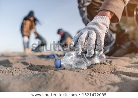 Férfi kesztyű felfelé műanyag szatyrok tenger Stock fotó © galitskaya