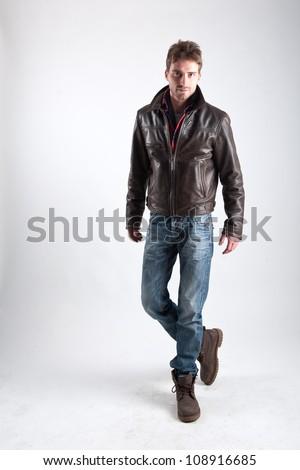 Sério moda homem jaqueta de couro posando branco Foto stock © feedough